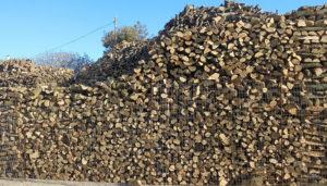 ξερά και καλοκομμένα ξύλα για τζάκι